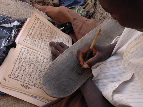 793-itinerances-mali-senegal-exercices-d-ecriture-pres-d-une-ecole-coranique