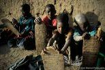 "Mali, Timbuctú. Escuela coránica. Niños sosteniendo las ""ualhas"" con textos del Corán. Mali, Timbuktu. Koranic school. Boys holding the ""ualhas"" (boards) with texts of the Koran."