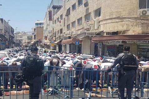 2017_7_14-worshippers-pray-outside-al-aqsa-5