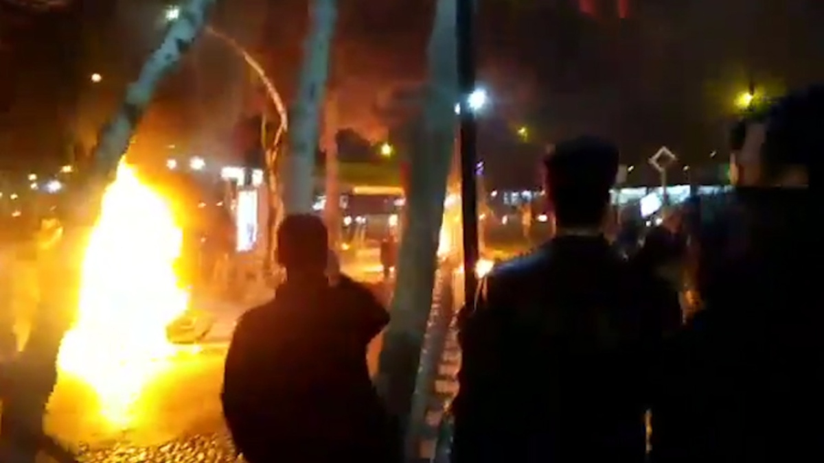 Iranian Protesters Burn Khomeini Pictures, Chanting 'We Don't Want Islamic Country'