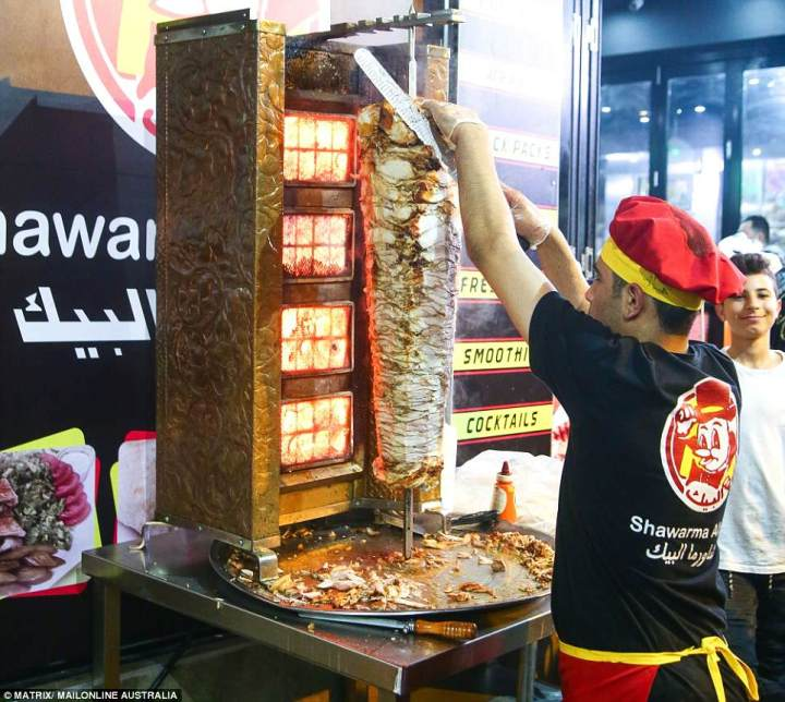 4D0DDD4F00000578-5821997-A_worker_is_seen_scraping_delicious_hot_shawarma_chicken_to_make-a-75_1528473213684